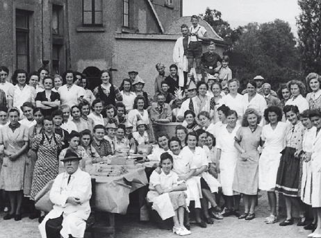 The employees of Dr. Eduard Fresenius chemisch-pharmazeutische Industrie KG. Front, sitting, with hat: Dr. Fresenius.